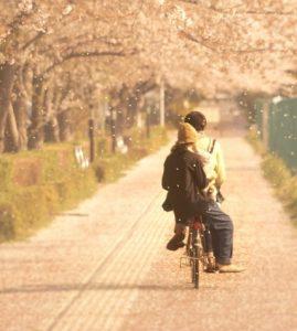 自転車でデートするカップル